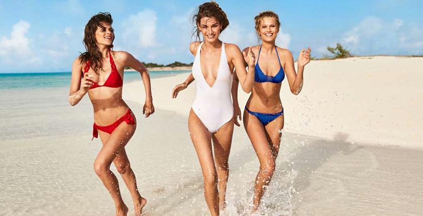 Chicas en la playa corriendo