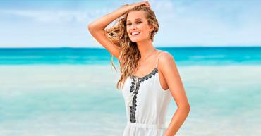 outfits imprescindibles chica en la playa con vestido blanco