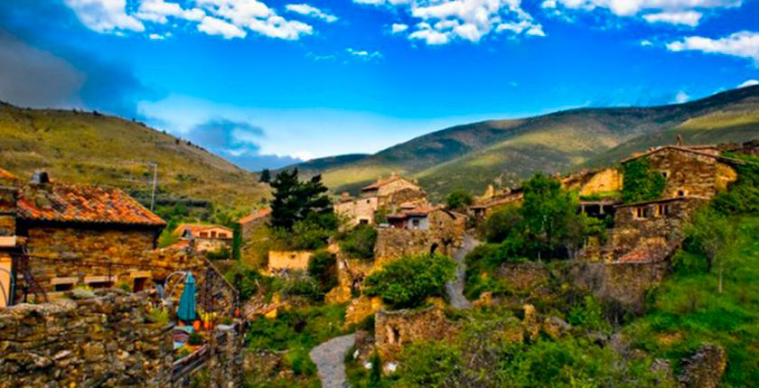 pueblos con encanto cerca de madrid pueblo en la montaña